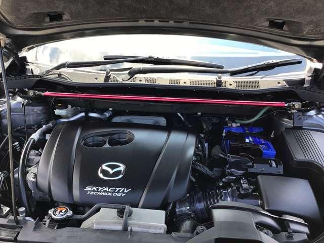 走行距離は8.5万キロと走っていますが、エンジンのコンディションは良好です。ボンネット内部も綺麗な状態です。
