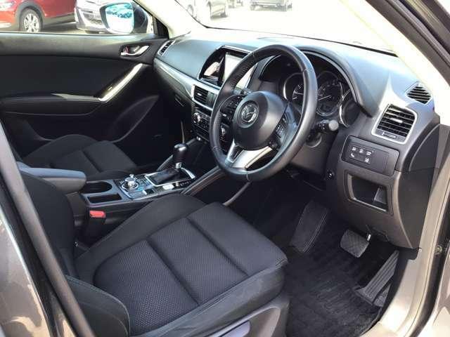 運転席回りの画像です。いろいろな体形の方に、ポジションに合わせられる運転席シート。