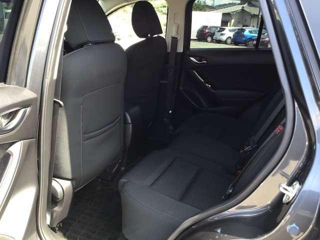 後席ですが身長が高い方でもゆったりと座れる足元空間、頭上空間を確保したスペースがあります。