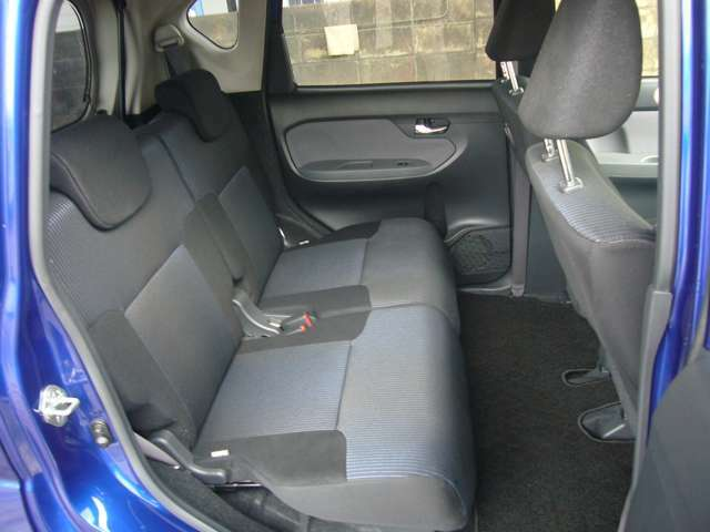 後部座席 内装