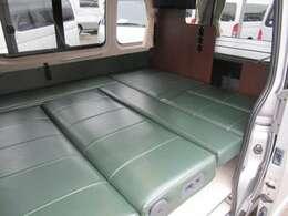 なんと大人3名まで就寝可能な大きなベッドになります。ベッドサイズ 幅1500mm×長1800mm!!