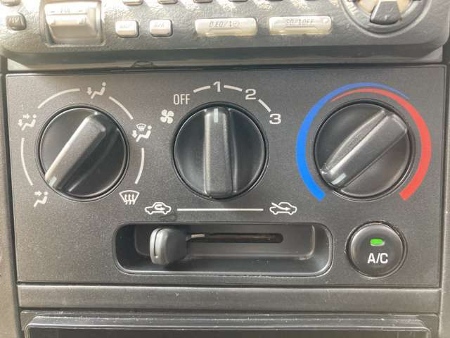 【マニュアルエアコン】寒い冬も暑い夏でも車内の全席に快適な空調をお届けします♪
