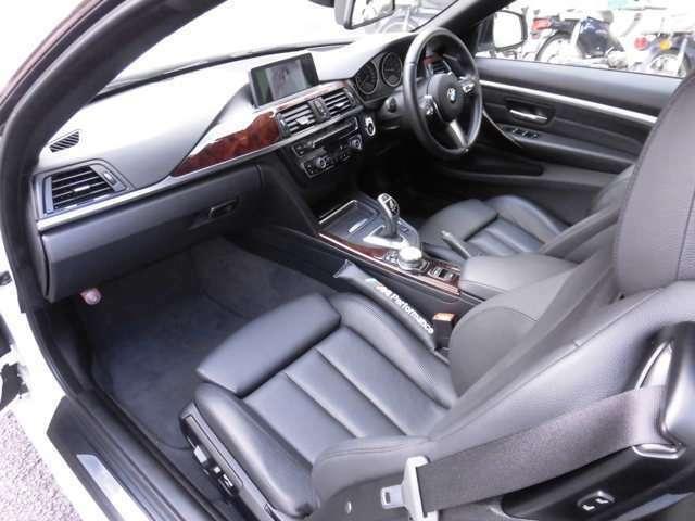 運転席、助手席共にキレイなシートです!