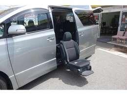 こちらは福祉車両となっております!サイドリフトアップシートで車いすでも乗り降りらくちんな設計です(*^-^*)