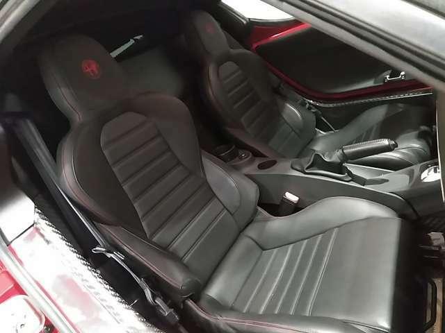 レーシングカーを思わせるデザインのシート。もちろん助手席でもアルファ4Cライフを存分にお楽しみいただけます。