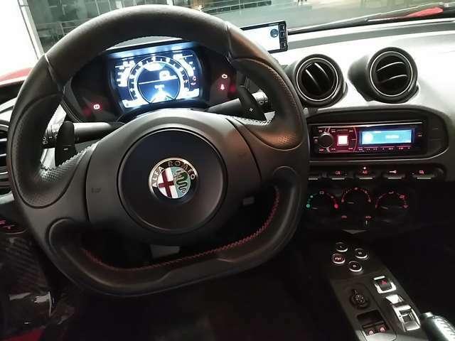 「Alfa Romeo 4Cに乗り込む。それは、モータースポーツの世界に足を踏み入れることを意味する...」ハンドルを握ると高揚感が高まります!