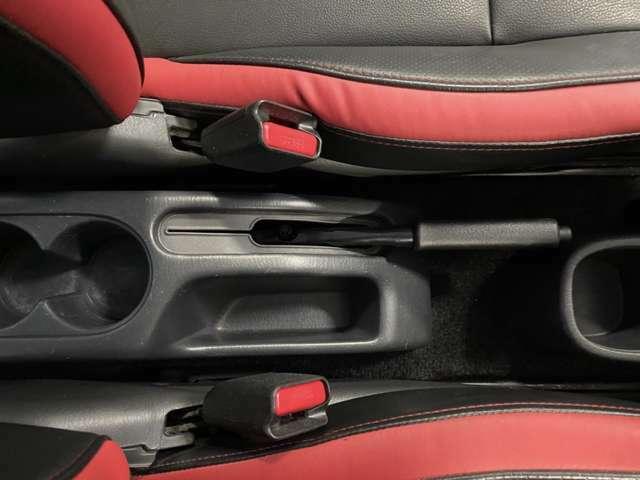 フロアコンソールボックス☆運転のしやすさと使いやすさにこだわった装備の数々が、快適なドライブを支えます☆