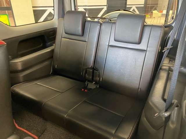 大人同士のドライブも、家族のお出かけも快適に♪軽自動車なので、荷室スペースは必要最低限。その分、後部座席の足元の広さを十分に確保しているから、大人が4人乗ってもリラックス出来ます♪