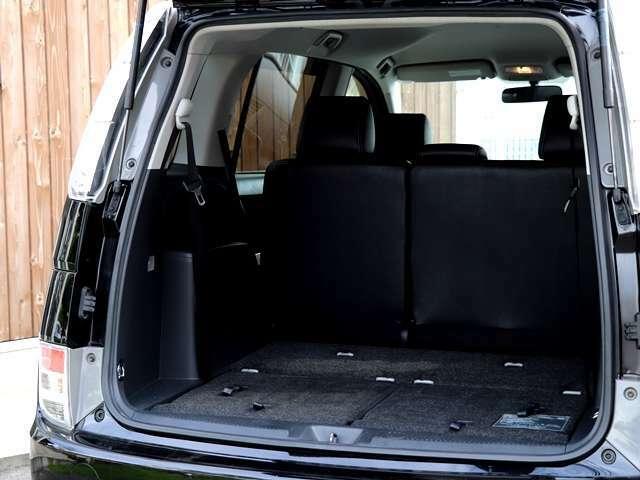 後部座席を3列目の下に格納して頂くと、こんなにも広いトランクスペースが確保されます。こちらはフラット状態になりますので、荷物も乗せやすく大きなお荷物も楽々搭載していただくことが可能となります。