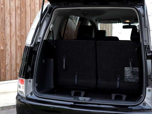 後部座席を倒さなくてもこのトランクスペースを確保しております!これだけあれば、フル乗車状態でも十分にお荷物が載せられるので、ショッピングにも心強いお車となってございます♪
