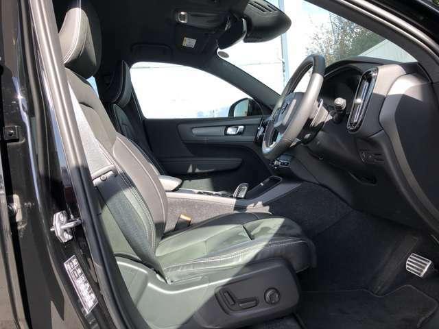 フロントあるいはリアのどちらの席に座っても、立体的な造形のシートが身体をしっかりと支え、包み込んでくれます。