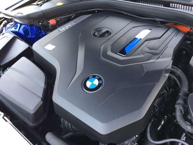 【E-Drive】新技術を駆使して開発したエレクトリックドライビング。高出力BMWツインターボエンジンと高効率の電気モーターが協調して低燃費だけでなくあらゆる走りで官能的なドライビングと走行安定性を実現。