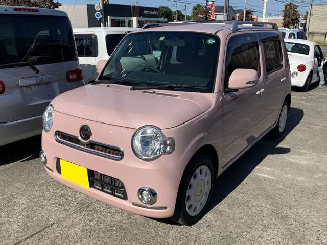 見て下さい見て下さい! とっても可愛い車です! 可愛いピンクに綺麗な白色が散りばめられてます! ホワイトドアハンドル、ホワイトホイールカバーなど! 純正のルーフレールもついて、可愛さ倍増&倍返しです!