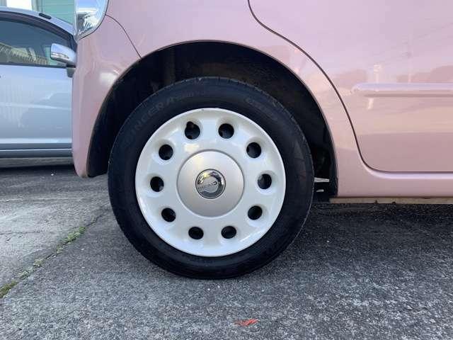 タイヤはノーマルタイヤをはいており、タイヤ山はおおよそ各4分山程度、タイヤサイズは155/65R14、スペアタイヤ積込みです。 4WDのお車ですので下回りなどに少しサビもありますが許容範囲内と思います