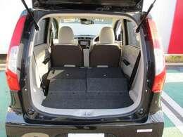 リヤシートを倒せば広いスペースが出来ます。使いかっても良いですよ!
