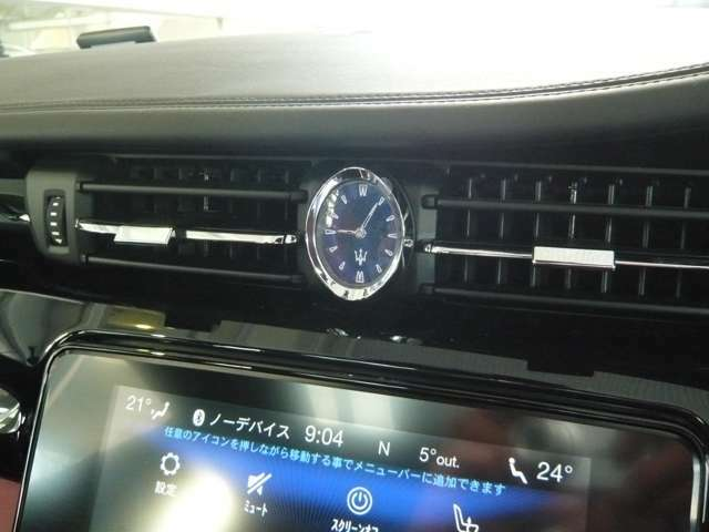 センターのアナログ時計はラグジュアリカーの証