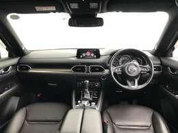 機器類を左右対称に配置した水平基調の造形により、ドライバーが運転に集中できる心地よい緊張感と広がり感を表現しつつ、素材感や色づかいで大人のゆとりや落ち着きを感じさせる空間を実現しています。