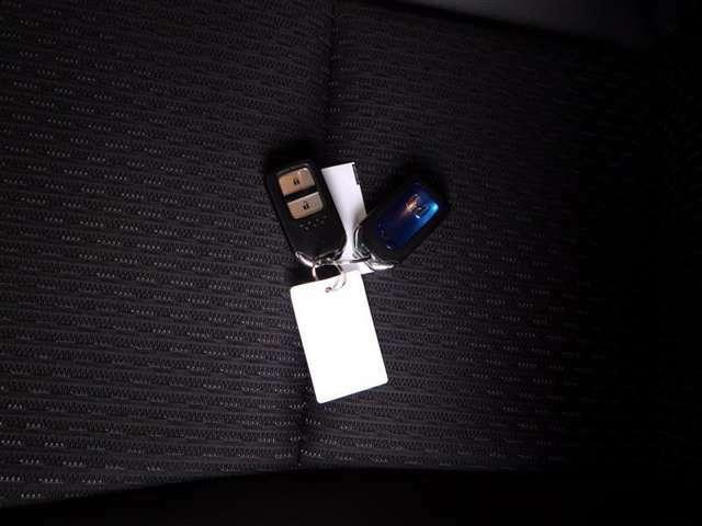 スマートキーでして、ボタンを押すだけで手軽にエンジンが始動します。