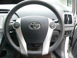 ステアリングスイッチ付きです。オーディオ操作を、ステアリングから手を離さずに行うことができ、運転に集中できますよ。