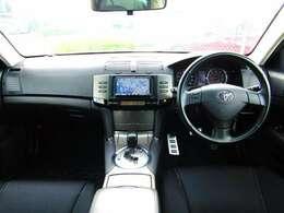質感のあるラグジュアリーな内装!!高級感あるシートや革巻きハンドル等、目立ったスレ等なく状態も良くクリーンな内装です!安全面もWエアバック&ABSで安心です!