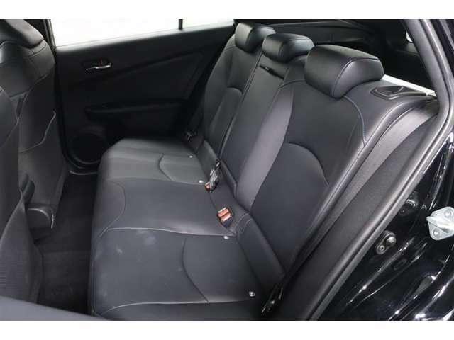 【後部座席】足元広々で座り心地の良い後席です。ドライブ中に長時間同じ体勢で居るのって辛いですよね。