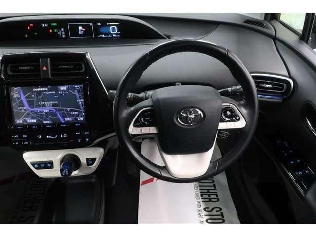 【ステアリングスイッチ】手元でオーディオやインフォメーションディスプレイの操作が可能。視線を移動させずに操作できますので安全です。