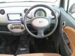 シンプルでなじみやすいハンドル周り。車内は収納スペースが多くて便利です☆