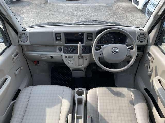 内装はバンタイプの中古車ですので全体的にうす汚れ擦れ使用感があります。 運転席周りに汚れ擦れへたりがあり、バンですので荷台に擦れ錆もありますが、運転席周りを気にされなければ許容範囲内で一般的と思います