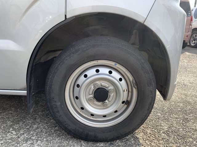 タイヤはノーマルタイヤを履いおり、タイヤサイズは145R12、タイヤ山はおおよそ前が2分山程度とかなり少なくなってきている印象を受けましたので、こちらで中古タイヤに交換予定です。 リアは4分山程度です