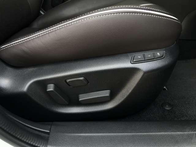 運転席はメモリー機能付パワーシートを採用。