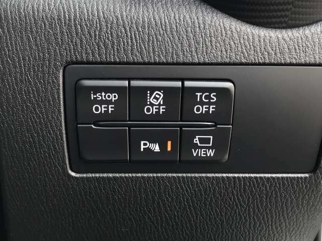 横滑り防止装置、車線逸脱警報システムなどの安全装備も充実。バック時の障害物を検知し知らせるコーナーセンサーや、リアゲートの開閉スイッチがあります。