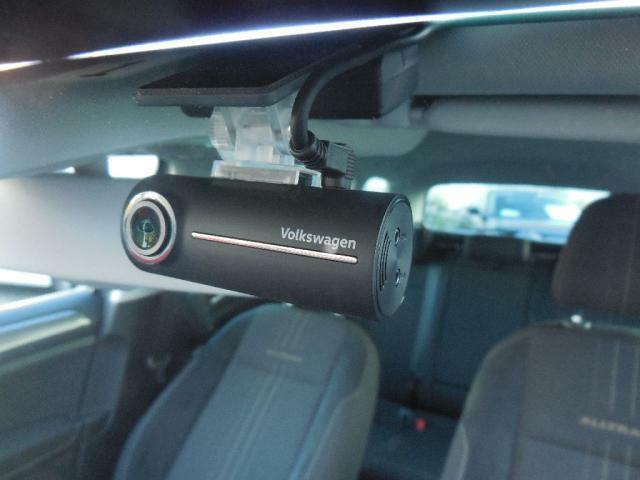Volkswagen純正ドライブレコーダー DRS1VW 200万画素CMOSイメージセンサーを搭載。走行中の常録画モード。エンジン停止後の駐車監視モードで車両周辺の動画を保存します。