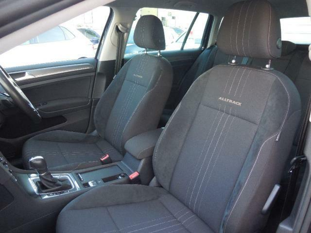 ALLTRACKのロゴがあしらわれたフロントシート。人間工学に基づいて設計されたシートはしっかりと身体をホールドしてくれます。長距離ドライブオフロードも上質なコンフォート性能を発揮します。