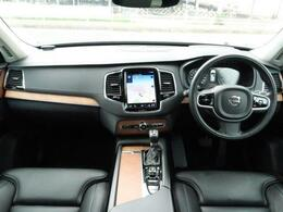 試乗車上がりの上級グレードXC90T6AWDインスクリプションが入庫致しました!!オニキスブラック、内装にはスカンジナビアデザインを使用し、落ち着きのあるインテリアです。高級感漂う1台をご体感下さい。
