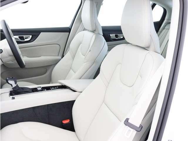 【フロントシート】人間工学に基づき、運転席側に傾けられたコクピット。整形外科医の監修を受けて作られるシートの座り心地には古くから定評があり、長距離ドライブでも決して疲労を感じさせることはありません。