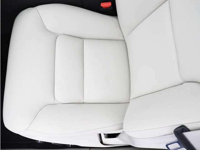 【本革シート】ドライバーの身体を支えるシートの表皮には、手触りのいい本革を使用しております。身体にフィットする形状でサポート性に優れ、幅広い調整機能も備えています。