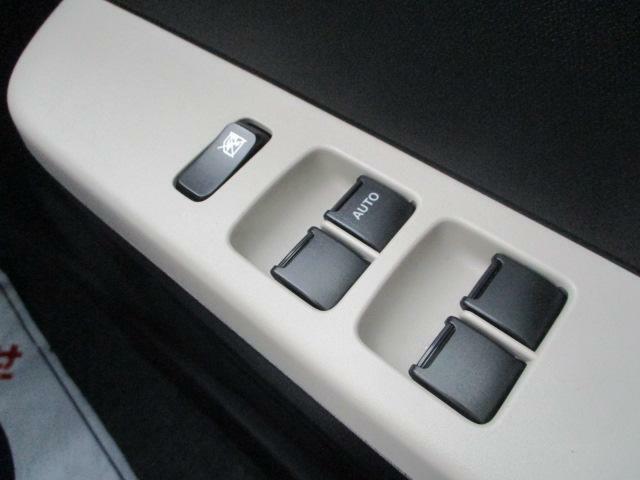 運転席アームレストのスイッチで全ての窓の開閉操作できて手元で操作ラクラク。