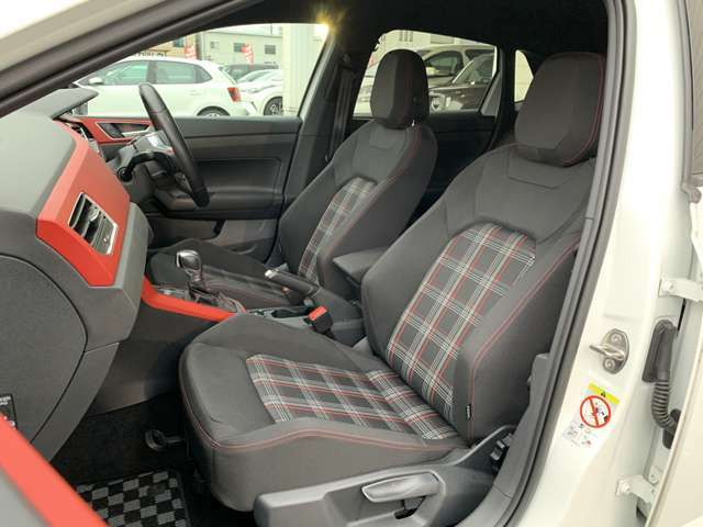 助手席も運転席と同様広々。