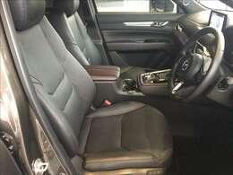 座り心地の良さとサポート性能に優れたフロントシートは高級感の漂うブラックレザーの電動シートになっています。走行が少なく使用感が無い綺麗な状態です。ぜひ、ご自身で体感してください。★☆★☆★