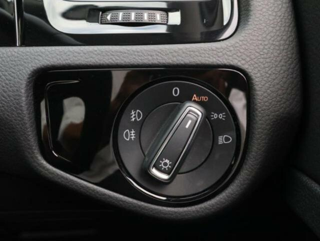 ダイヤル式のヘッドライトスイッチ。オートライトも装備され、夕方やトンネルが続く道路でも手を煩わせません。 スイッチを引くことで前後フォグランプが点灯します。