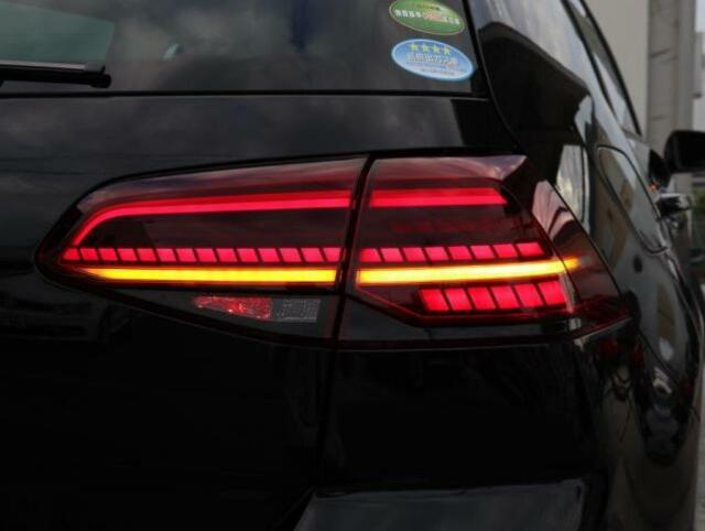 LEDダークテールランプ。(リヤフォグランプは右側のみ内蔵されています。)ウィンカーは流れるように点滅する「ダイナミックターンインジケーター」です。