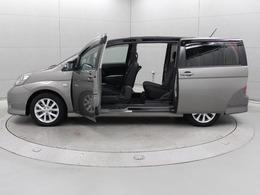 助手席側にはセンターピラー内蔵のパノラマオープンドアを採用。助手席と後部座席のスライドドアを開けるとピラーがない広大な開口部が現れます。