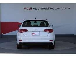 アウディパーキングシステム(リヤビューカメラ付)高感度リヤビューカメラで車輌後方の映像をディスプレイに表示し、フロントとリヤバンパーに備えた超音波センサーは障害物をアラーム音で知らせます。