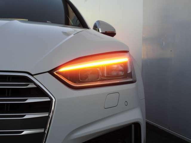 いわゆる「流れるウインカー」ダイナミックターンインジケーターが装備されております。安全性とデザイン性を兼ね備えた鋭い発色は、アウディらしい「技術による先進」を他のドライバーに伝えます。