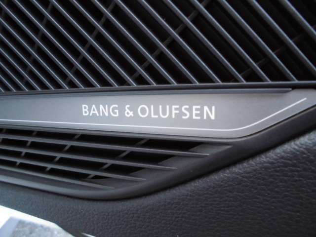 北欧デンマークのハイエンドオーディオメーカー、バング&オルフセンサウンドシステムが装備されております。立体的な音響空間を作る車内スピーカーは19を数えます。
