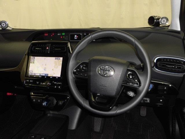シンプルな運転席!運転は軽いハンドル回して快適なドライブが楽しめます。