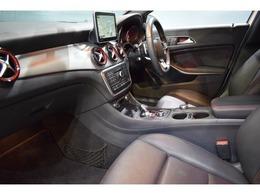 インテリアにはスポーティな印象を与えるブラッシュドアルミニウムインテリアトリムを採用!次のオーナー様も安心の1オーナー車輌です!