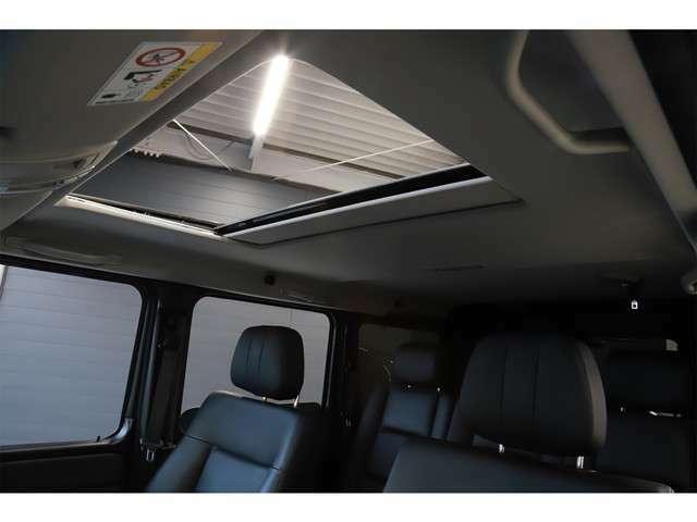 スライディングルーフを開ければ開放的な空間が広がります。