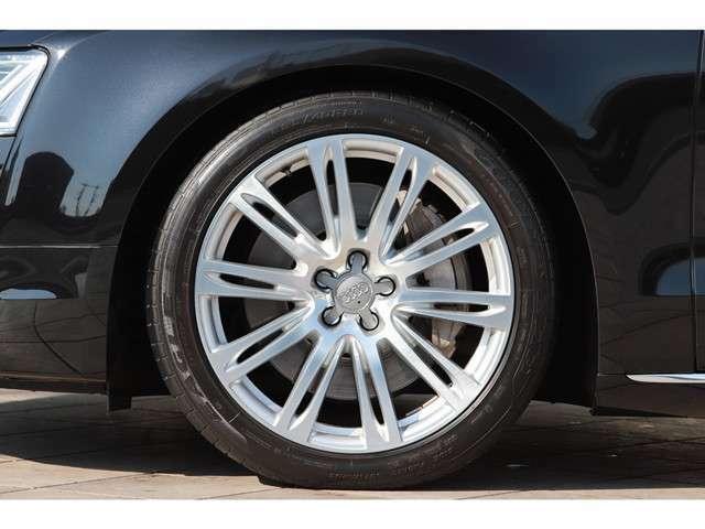 足元には10パラレルスポークデザイン 20インチアルミホイールがオプションで装着されております。タイヤ溝も残っておりますので、ご安心してお乗りだし頂けます。