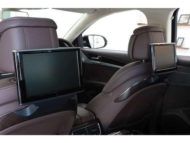 リヤシートエンターテイメントをはじめ、100V電源や折り畳み式テーブルなど快適装備を備え、車内とは思わぬような空間でおくつろぎいただけます。